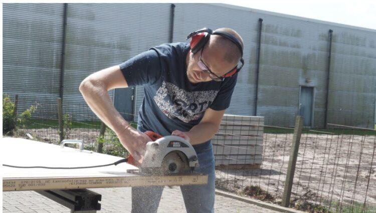 Travailleur utilisant une scie plongeante