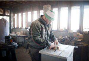 Travailleur qui utilise une scie sur table
